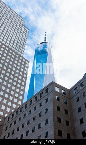 Il quartiere finanziario, FiDi, nella parte inferiore di Manhattan a New York City. Possiamo vedere la libertà Tower, l'edificio più alto nell'emisfero occidentale Foto Stock