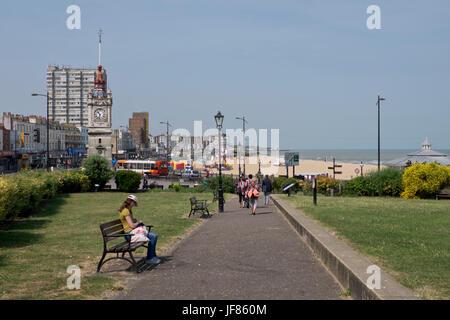 Gruppo di persone a piedi per la spiaggia in Margate,Kent,l'Inghilterra,UK Foto Stock