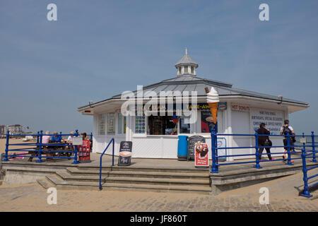 Gruppo di persone godendo di gelati in un bar sulla spiaggia in Margate,Kent,l'Inghilterra,UK Foto Stock