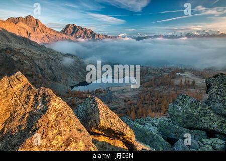 Alba al Parco del Mont Avic con vista sul Cervino e Monte Rosa in autunno, Valle d'Aosta, Italia Europa Foto Stock