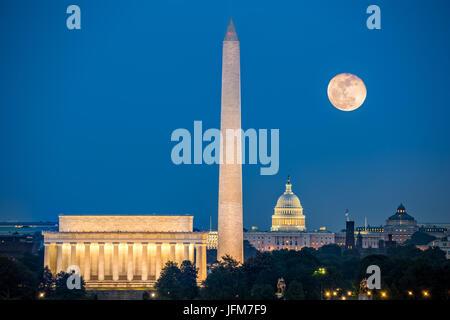 Supermoon al di sopra di tre monumenti: il Lincoln Memorial, il Monumento a Washington e il Campidoglio di Washington Foto Stock