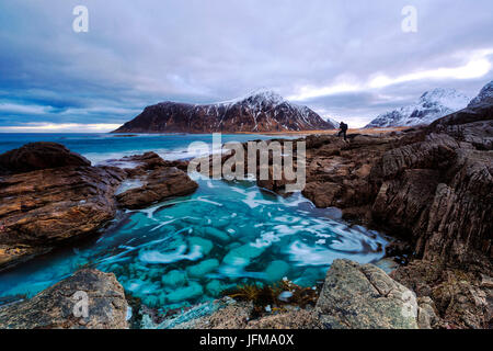 Spiaggia di Flakstad con picco Hustinden in background, Isole Lofoten in Norvegia Foto Stock