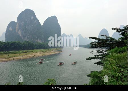 Cina, provincia di Guangxi, Guilin, regione carsica del paesaggio di montagna e il fiume Li intorno a Yangshuo Foto Stock