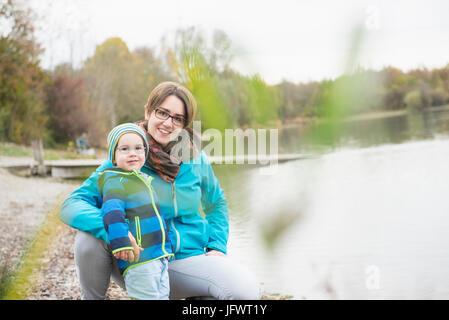 Ritratto di madre e figlio sul lungolago Foto Stock