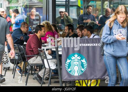 Starbucks Coffee shop con posti a sedere fuori nel sud dell'Inghilterra, Regno Unito. Foto Stock