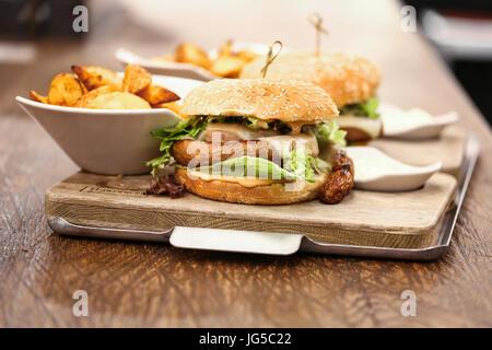 Due deliziosi wurst hamburger servito con patate fritte, Germania Foto Stock