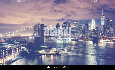 Vintage tonica immagine della città di New York skyline notturno, STATI UNITI D'AMERICA. Foto Stock