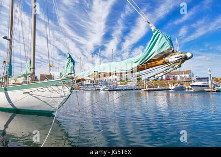 Barca a vela, barca a vela goletta in legno yacht Port Townsend, Puget Sound, Washington con il tramonto del sole. Barca a vela Martha al punto Hudson marina. Foto Stock