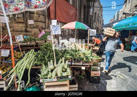 Il mercato Ballaro nel quartiere Albergheria della centrale di Palermo, Sicilia, Italia. Foto Stock
