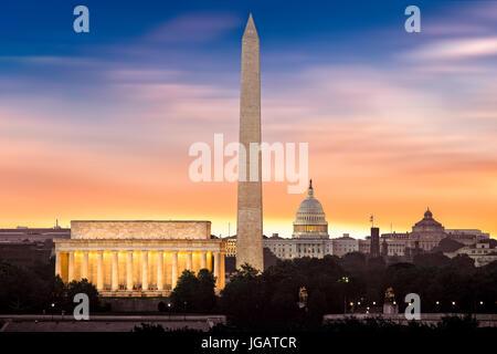 New Dawn over Washington - con 3 leggendari monumenti illuminati a sunrise: Lincoln Memorial, il Monumento a Washington Foto Stock