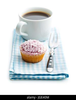 Tortina e la tazza di caffè isolato su sfondo bianco. Foto Stock