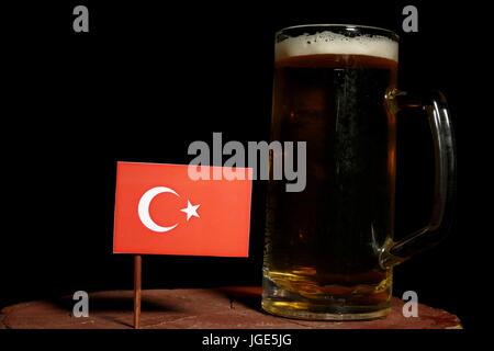Bandiera turca con boccale di birra isolato su sfondo nero Foto Stock