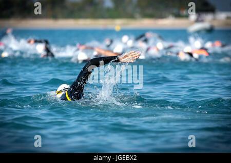 Piscina freestyle nella gara di triathlon Foto Stock