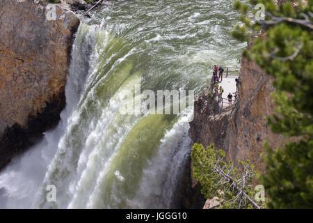 Close-up di persone in piedi sulla piattaforma di osservazione dell'orlo delle cascate inferiori si affacciano nel Foto Stock