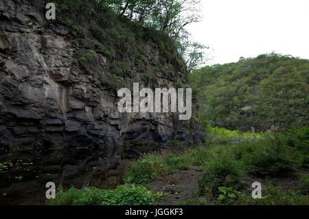 Un fiume che scorre attraverso la Reserva Natural Miraflor, una popolare destinazione turistica vicino Esteli nelle Foto Stock