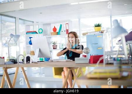 Ufficio Disegno Yoga : Disegno di una donna fare yoga nella posizione della mezza luna foto