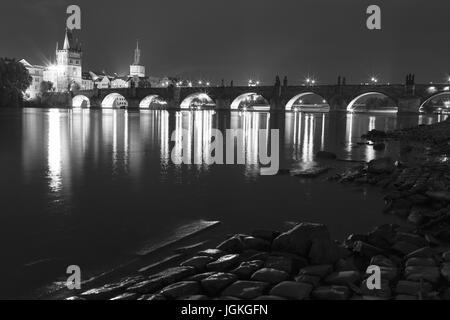 Praga, Repubblica Ceca - 7 Luglio 2017: vista notturna del Ponte Carlo sul fiume Moldava, il centro storico di Praga Foto Stock