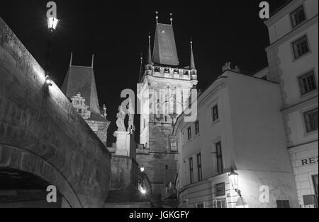 Praga, Repubblica Ceca - 7 Luglio 2017: vista notturna del Ponte Carlo sul fiume Moldava, centro storico di Praga Foto Stock