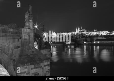 Praga, Repubblica Ceca - 7 Luglio 2017: vista notturna del Ponte Carlo e Hradcany - il Castello di Praga, il centro Foto Stock