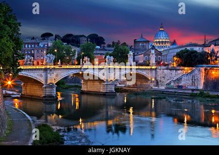 La cupola della Basilica di San Pietro e il Ponte Vittorio Emanuele II, come visto da Ponte Sant'Angelo, Roma, Italia. Foto Stock