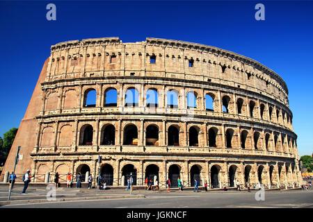 """Il Colosseo (""""Colosseo'), noto anche come """"l'Anfiteatro flaviano'), Roma, Italia Foto Stock"""