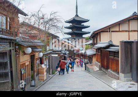 Kyoto, Giappone - i turisti a camminare su una strada che conduce al Yasaka pagoda Foto Stock