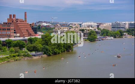 WASHINGTON, DC, Stati Uniti d'America - Persone a paddle boards sul Fiume Potomac vicino a Georgetown. Foto Stock