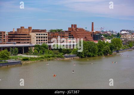 WASHINGTON, DC, Stati Uniti d'America - una elevata Whitehurst superstrada e Georgetown Waterfront Park, sul fiume Foto Stock