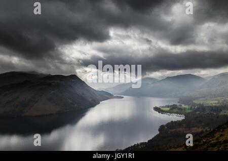 Tempesta nuvole sopra il lago di Ullswater, visto da Gowbarrow cadde, nel distretto del lago, REGNO UNITO Foto Stock