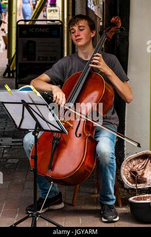 Un giovane Busker esegue nella High Street, Lewes, Sussex, Regno Unito Foto Stock