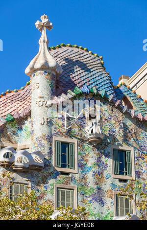 Barcellona Catalunya Vista del mosaico della facciata esterna della Casa Batllo progettato dall architetto Antoni Foto Stock