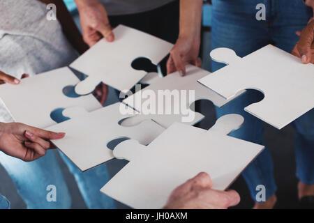Team di uomini di affari di lavorare insieme per un obiettivo. Concetto di unità e di collaborazione Foto Stock