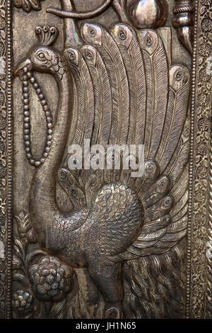 Dettaglio della porta di Shri Bankey Bihari Mandir, un famoso tempio indù dedicato a Krishna nella città santa di Foto Stock