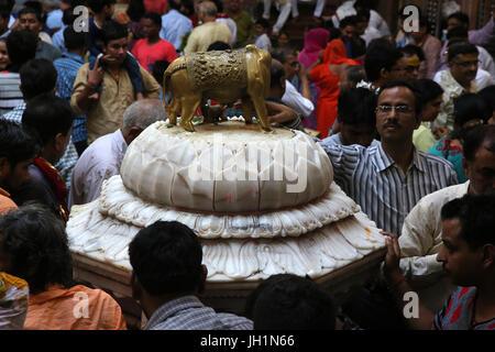 Il culto all'interno di Shri Bankey Bihari Mandir, un famoso tempio indù dedicato a Krishna nella città santa di Foto Stock