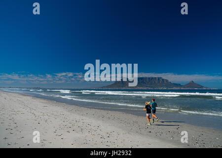 Per chi ama fare jogging in esecuzione sulla spiaggia di Blouberg nelle prime ore del mattino, con Table Mountain Foto Stock