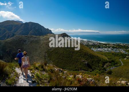 L uomo e la donna gli escursionisti a piedi verso il basso in Hermanus dalla montagna, Hermanus, Sud Africa e Africa Foto Stock