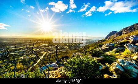 Splendido tramonto sul bellissimo scenario del Western Cape dall'ou Kaapse Weg, Old Cape Road, su una chiara mattina Foto Stock