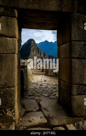 MACHU PICCHU, Perù - circa ottobre 2015: vecchia porta della città di Machu Picchu in Perù Foto Stock