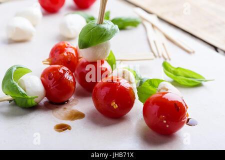 Grigliata di caprese spiedini su sfondo grigio chiaro, la cucina tradizionale italiana Foto Stock
