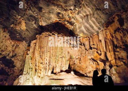 Le stalattiti e le stalagmiti nelle grotte Cango, Oudtshoorn, Western Cape, Sud Africa Foto Stock