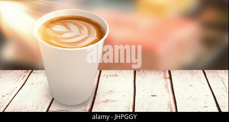 Il caffè in tazza bianca su sfondo bianco contro close up di rosa fresca cheesecake Foto Stock