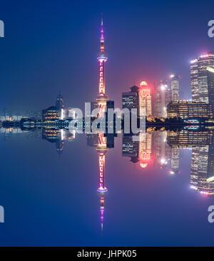 Antenna vista panoramica su una grande e moderna città di notte. Shanghai, Cina. Skyline notturno con grattacieli Foto Stock