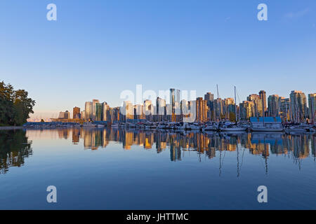 Vancouver Downtown riflesso skyline al tramonto, Canada. Scenic paesaggio urbano come si vede da Stanley Park. Foto Stock