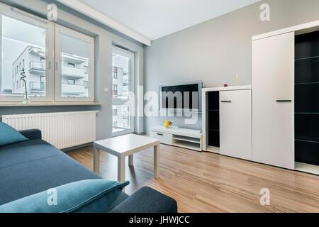 Arredamento moderno di soggiorno con pareti di colore for Divano blu colore pareti