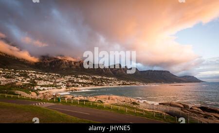 Tramonto e nuvole sopra Camps Bay, Table Mountain e i dodici Apostoli, Cape Town, Sud Africa e Africa Foto Stock