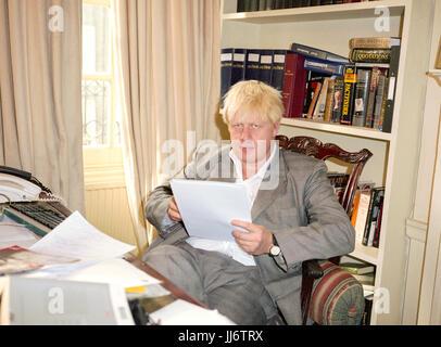 Boris Johnson mp conservatore e redattore della rivista spettatore fotografata nello spettatore rivista ufficio nel 2003, Westminster, Londra, Inghilterra.