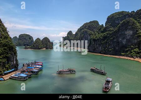 Vista panoramica della baia di Halong Vietnam. Foto Stock