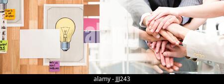 Il team di business mettendo le mani insieme e sticky notes transizione Foto Stock