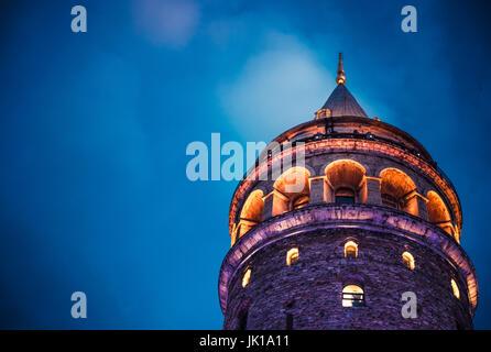 Notte Vista sulla Torre di Galata(turco: Galata Kulesi) (Galata Kulesih) Christea Turris è un medievale famoso torre Foto Stock