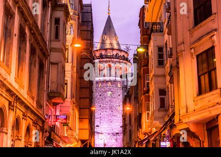 Vista notturna della vecchia strada stretta con la Torre di Galata(turco: Galata Kulesi)chiamato Cristo torre genovese Foto Stock